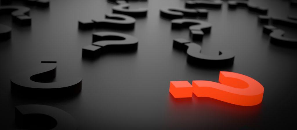 Fondo donde aparecen muchas interrogaciones negras y una de color rojo - Consultoría especializada en accesibilidad