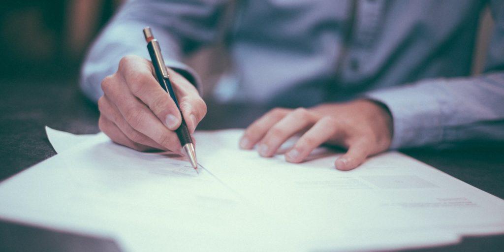 Persona subrayando un documento - Evaluación de accesibilidad